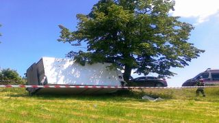 W Baryczy Iveco uderzyło w drzewo.