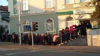 PBS wznawia działalność...Kolejka do banku w Brzozowie